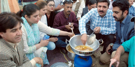 Bilawal Bhutto makes a purchase as protesting journalists start selling pakoras