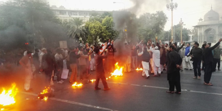 Protesting Lahore journalists block Mall Road