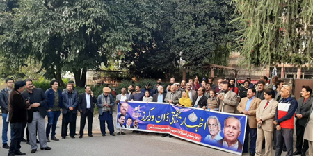 Journalists rally to condemn attack on Dawn